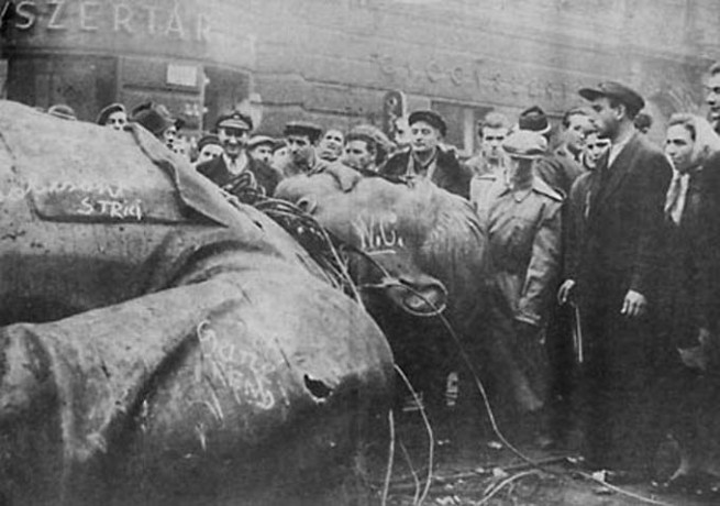 1956-10-31_stalin_statue_pulled_down_hungary
